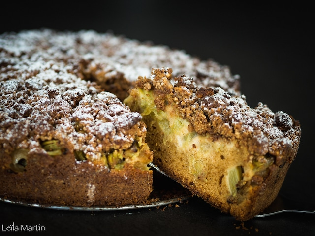 un gâteau streusel à la rhubarbe