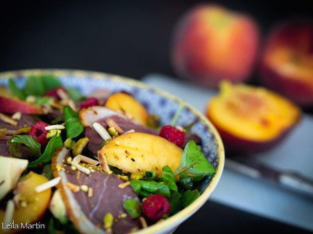Une salade pêches, framboises et magret