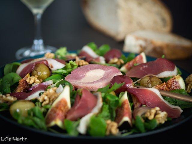 une salade magret fumé Feyel, figues, raisins poêlés noix