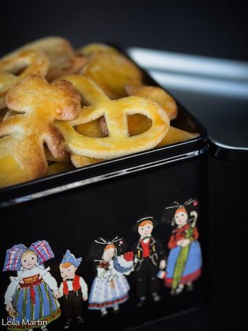 bredele Vanille Bourbon et amandes dans boîte en métal avec personnages alsaciens