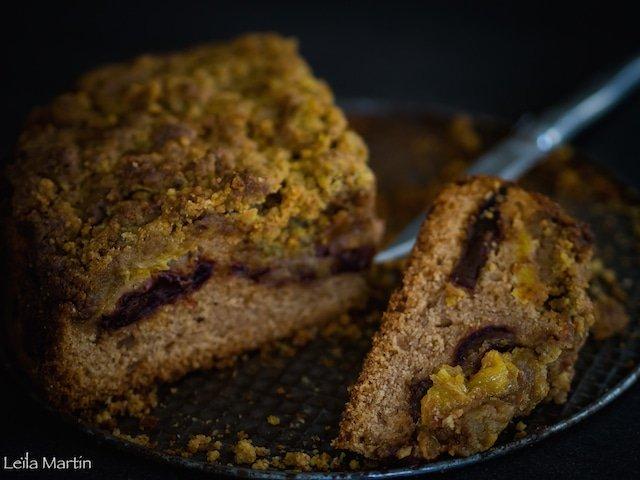 un gâteau gourmand aux oranges et au dattes aromatisé fleur d'oranger et cannelle recouvert d'un streusel aux noix et à la pistache