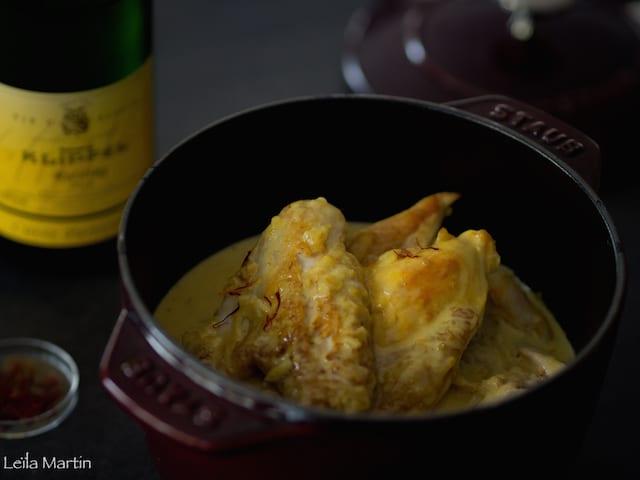 poulet mijoté au riesling et au Safran dans une cocotte en fonte au revêtement émaillé Staub