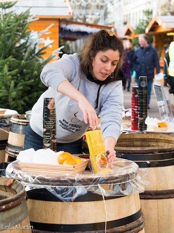 Derniers préparatifs avant l'arrivée des clients sur le stand de vin chaud au vin blanc d'Alsace de la Tribu des Gourmets