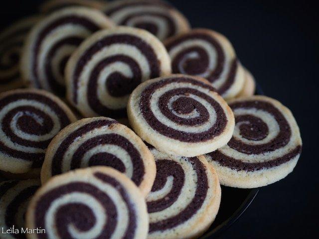 Jolis biscuits en forme de spirales au chocolat et à la vanille