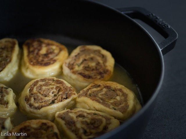 Fleischnakas, escargots roulés à la viande cuits à la cocotte dans un bouillon