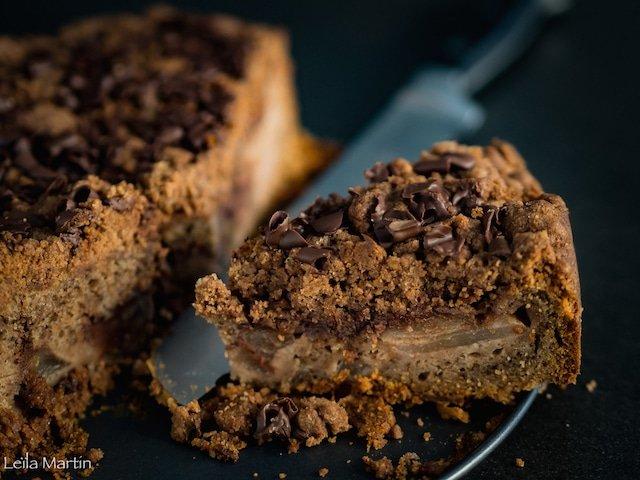 Gâteau aux poires, arrosé d'une ganache chocolat noir en cours de cuisson et surmonté d'un streusel aux noix, noisettes et cacao