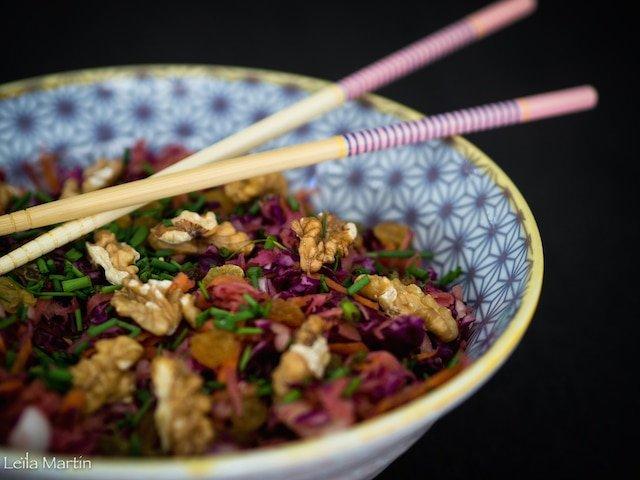 recette de salade super-vitaminée de choucroute crue, chou rouge, raisins secs et noix