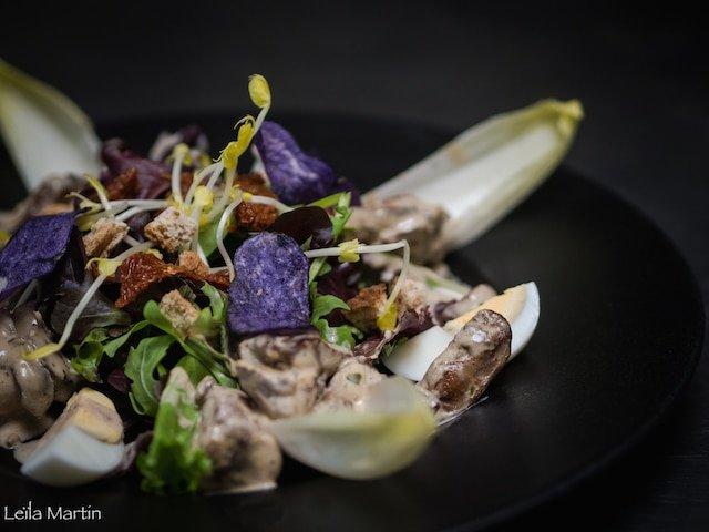 Photo de la salade de foies de volaille du Chef alsacien, Julien Roland du Caveau de Gaentzebrinnel en Alsace