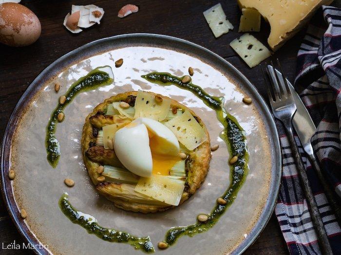 recette de tarte fine asperges, au pesto d'ail des ours, oeuf mollet et bargkass