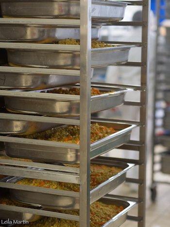 photo de bacs gastro remplis dans la cuisine centrale de L'Alsacienne de Restauration