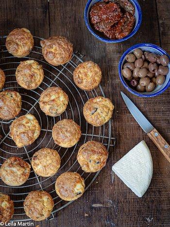 recette de mini-cakes à la choucroute, tomates confites, olives noires et munster blanc